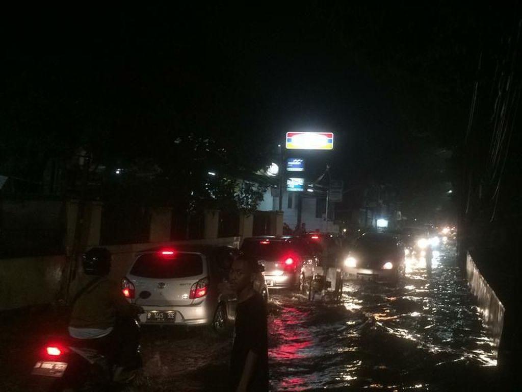 Banjir di Jalan Swadarma Raya Surut, Lalu Lintas Kembali Normal