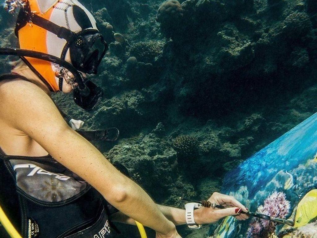 Menyelam Sambil Melukis di Dasar Laut, Siapa Bilang Nggak Bisa?