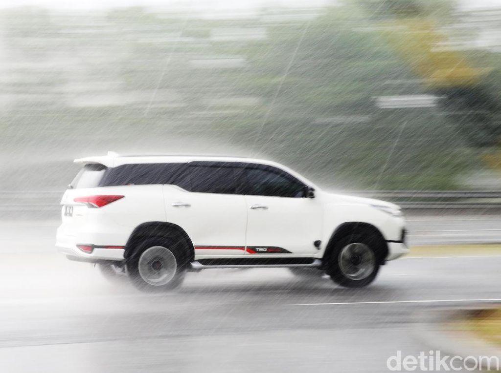 4 Bahaya yang Mengancam Ban Mobil saat Musim Hujan