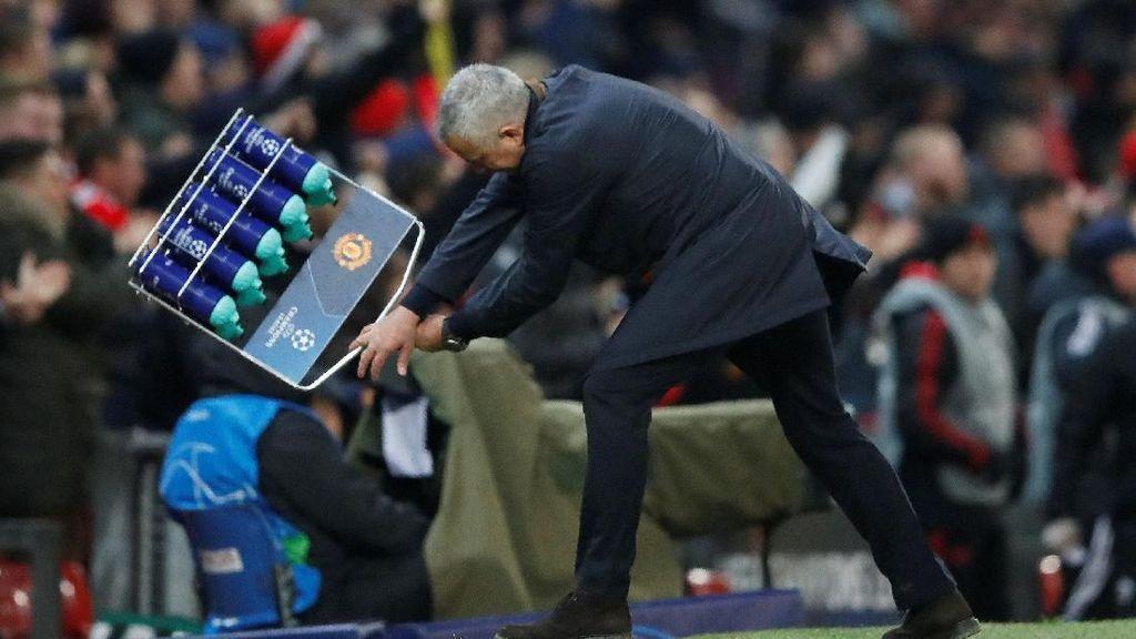 Detik-detik Jose Mourinho Banting Rak Botol Minum