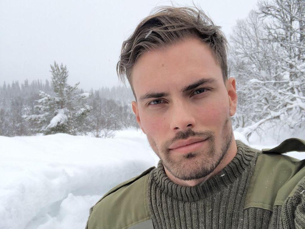 Liburannya Model Norwegia yang Suka Selfie, Andreas Eriksen