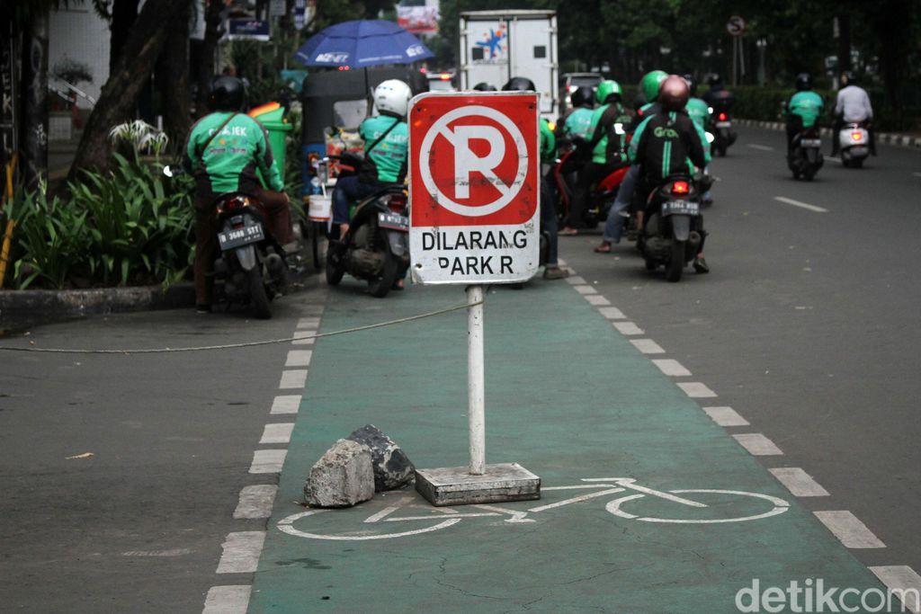 Pemprov DKI Jakarta telah menyediakan jalur khusus untuk pesepeda di kawasan Blok M. Namun kenyataannya jalur sepeda ini sering disalahgunakan oleh pengendara kendaraan bermotor.