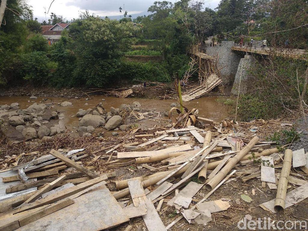Jembatan Darurat Antarkecamatan Ambrol Diterjang Lahar Hujan Bromo
