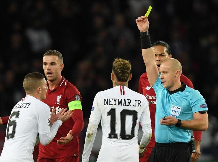 Wasit memberikan enam kartu kuning ke Liverpool saat kalah 1-2 dari Paris Saint Germain di Liga Champions (Shaun Botterill/Getty Images)