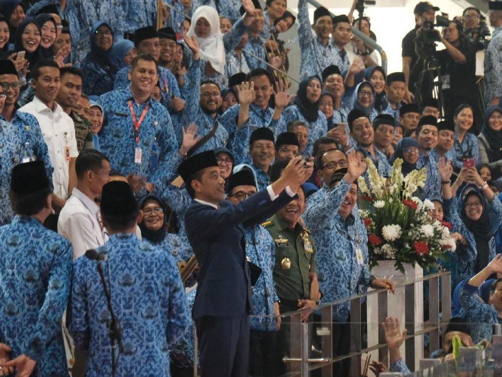 Jokowi Ajak Selfie Peserta HUT Korpri di Istora Senayan
