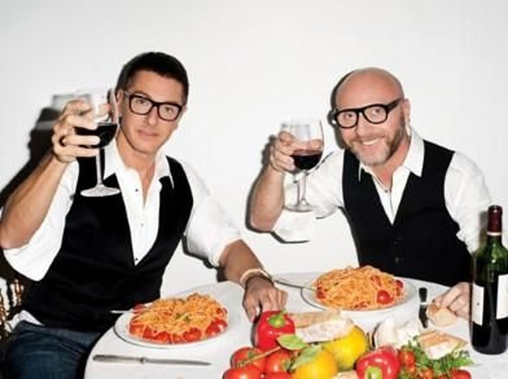 Dolce & Gabbana Diprotes Warga China, Begini Pose Stefano Gabbana Saat Makan Pasta