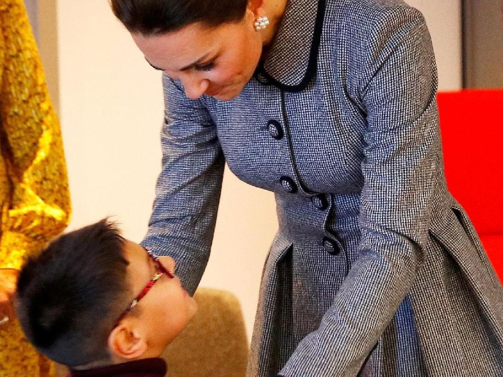 Foto: Momen Manis Kate Middleton Disambut Ciuman dari Bocah Cilik