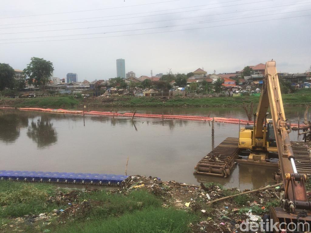 Petugas Angkut Sampah 45 Meter Kubik dari KBB Jakpus