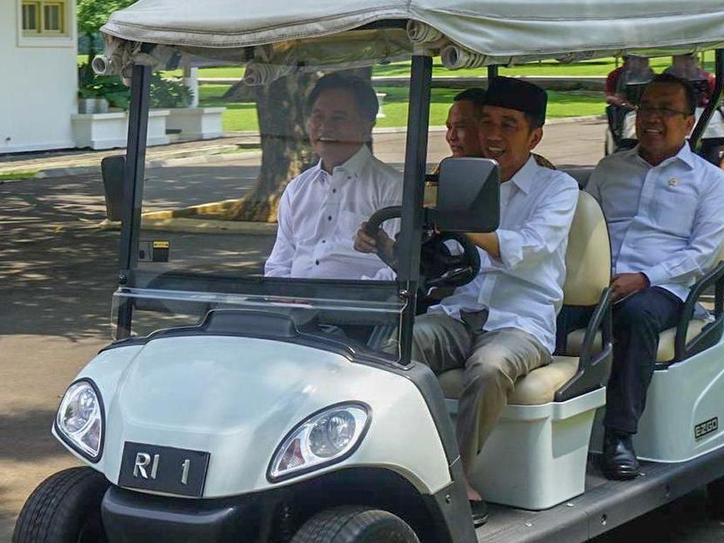 Momen Jokowi Sopiri Yusril di Istana Bogor
