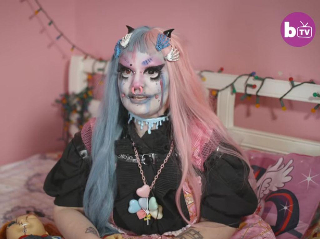 Wanita Ini Bertransformasi Jadi Boneka Busuk, Pacarnya Masih Cinta