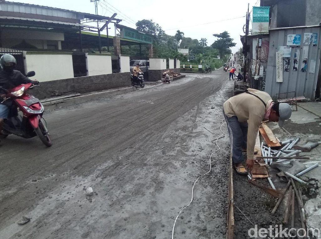 Jalan Gas Alam Depok yang Rusak Mulai Diperbaiki