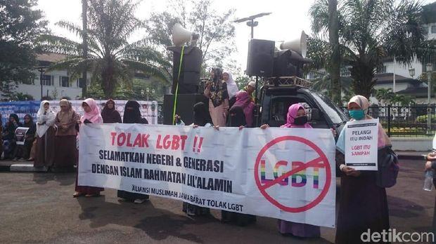 Puluhan Wanita Muslimah Gelar Aksi Tolak LGBT di Depan Gedung Sate