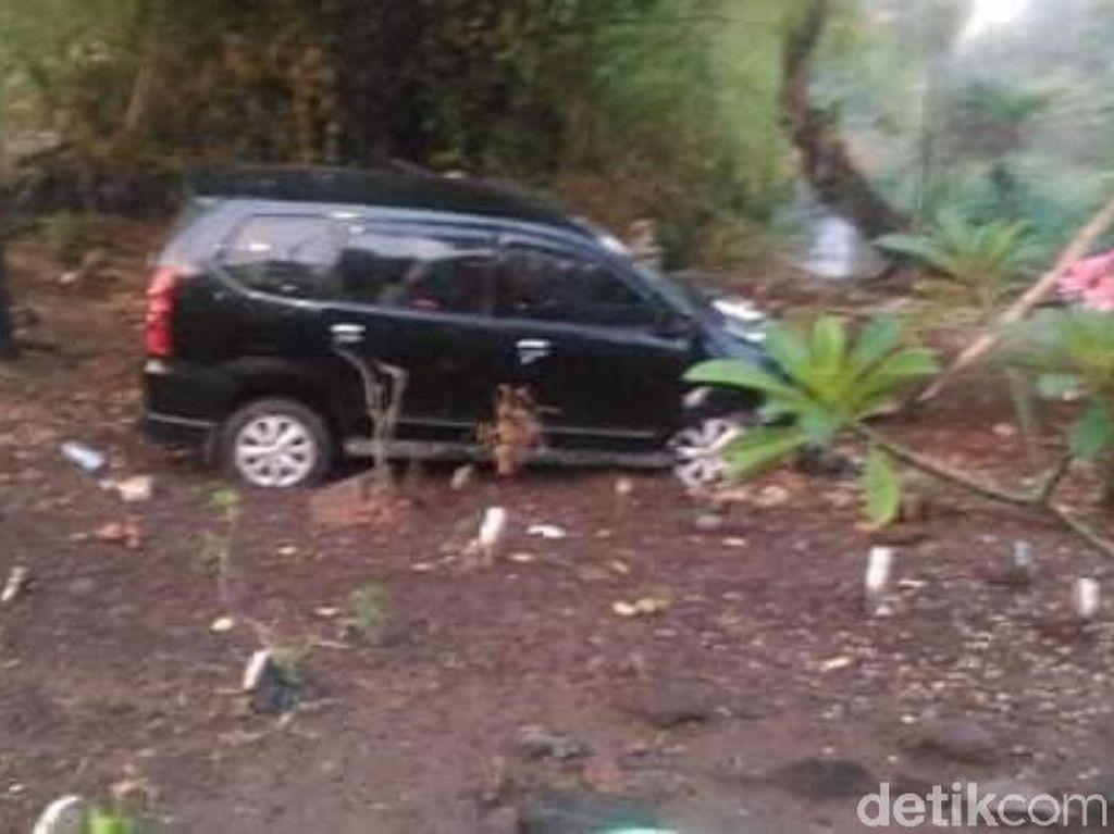 Ini Penampakan Mobil di Pasuruan yang Nangkring di Tengah Kuburan
