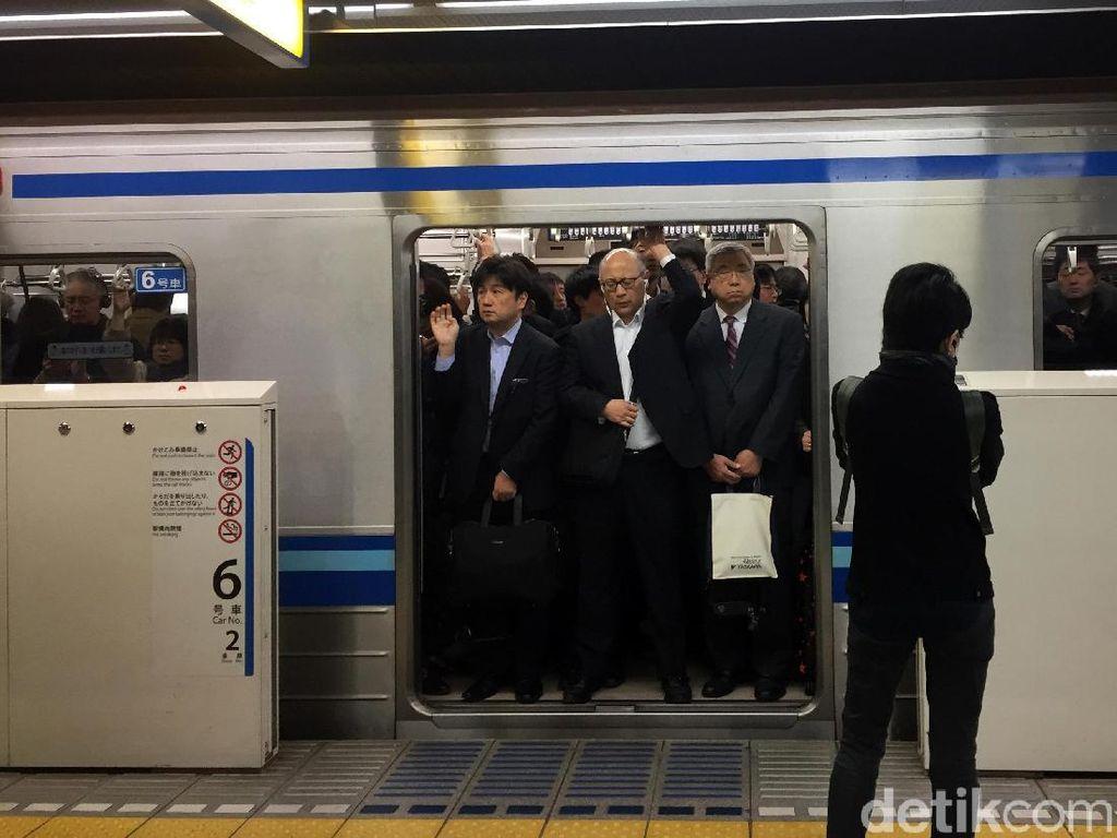Belajar dari Orang Jepang Cara Antre di Stasiun MRT