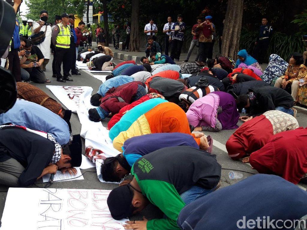 Gelar Aksi Tuntut Maaf Prabowo Lagi, Massa Ini Lakukan Sujud Berjamaah