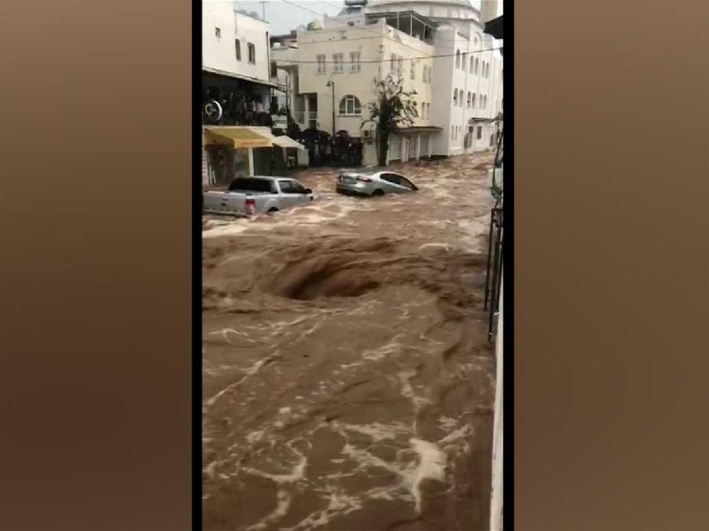 Video: Mobil-mobil Hanyut Disapu Banjir Bandang di Turki