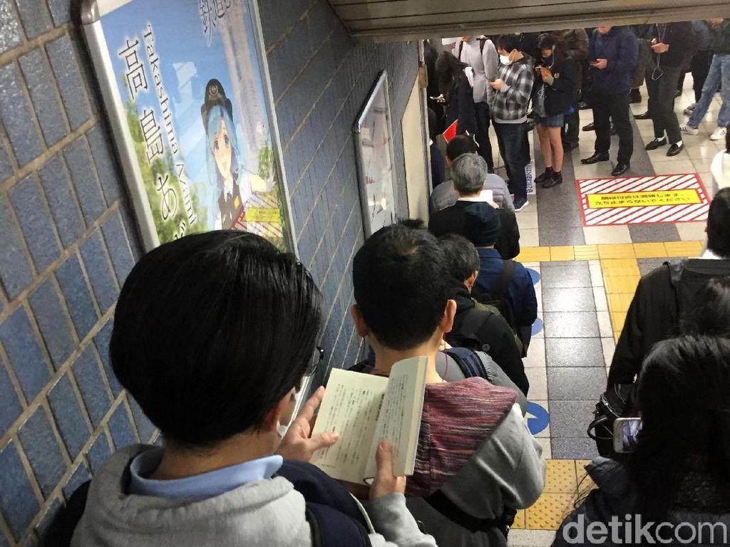 Jangan Kaget! Begini Antrean di Stasiun Kereta Jepang Saat Jam Sibuk