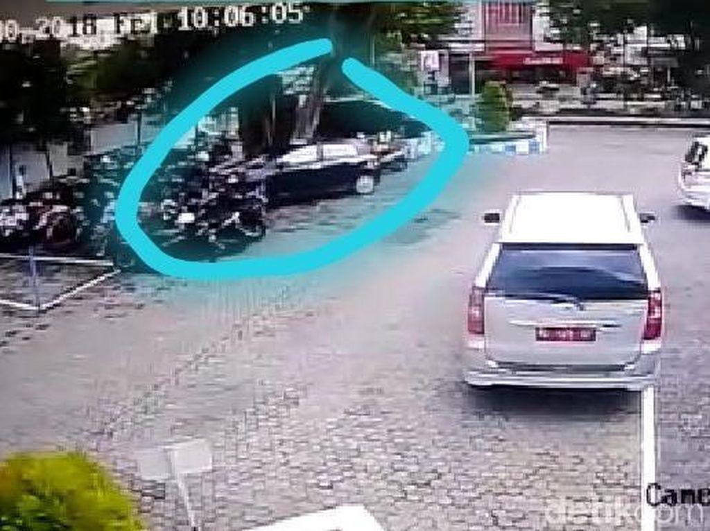 Mobil Tabrak 8 Motor di Area Parkir BRI Madiun Terekam CCTV