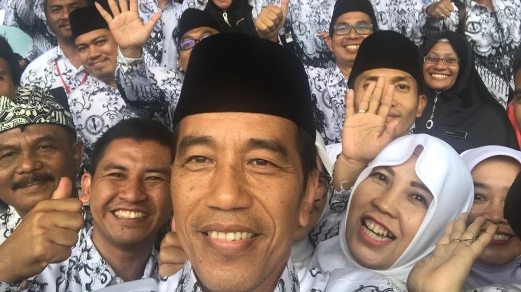 Momen Ceria Jokowi Selfie Bareng Guru di Ultah ke-73 PGRI