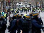 Petugas Bersihkan Kota Paris Usai Demo Rompi Kuning