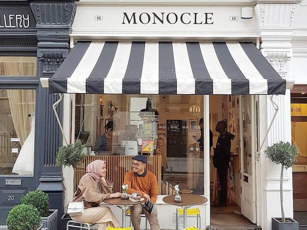 Pose Cantik Desainer Busana Muslim Ria Miranda Saat Ngopi dan Makan Kue