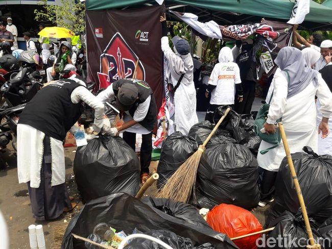 Massa Reuni 212 Bubar, Sampah-sampah Langsung Disingkirkan