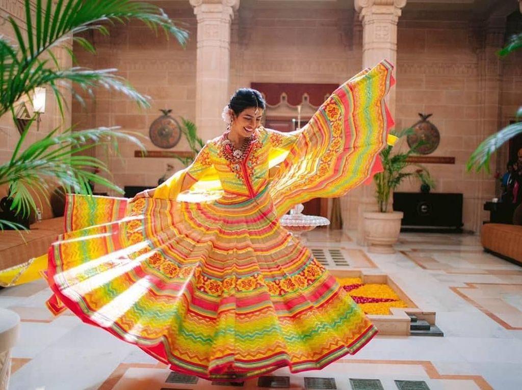 Dinikahi Nick Jonas, Priyanka Chopra Cantik Bergaun India Nan Meriah