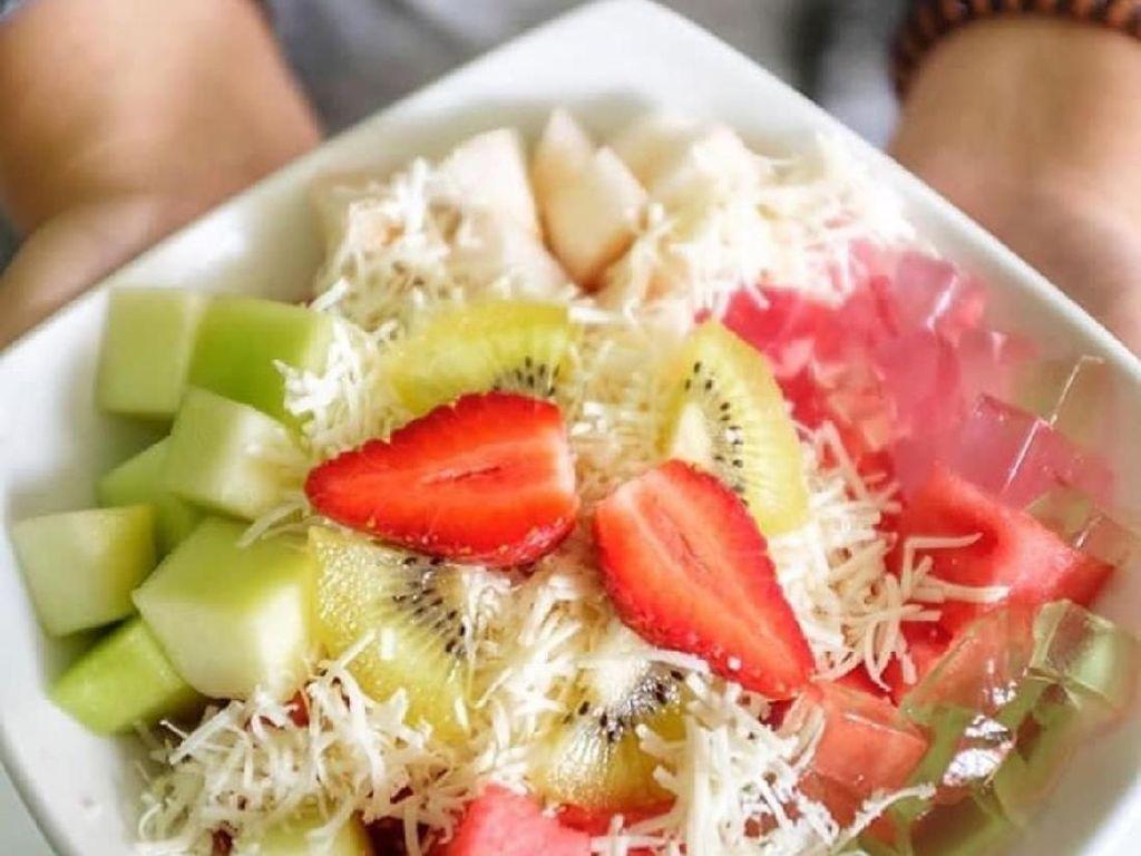 Salad Buah Segar yang Bersaus Creamy Bisa Dibuat dengan 5 Langkah Ini
