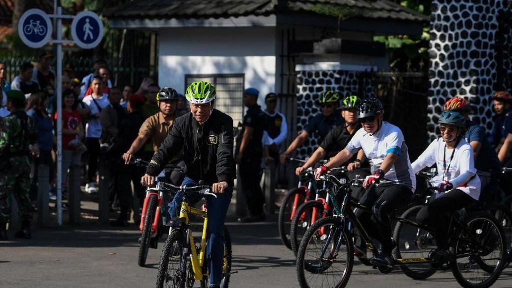 Foto: Prabowo Hadiri Reuni 212 di Monas, Jokowi Pilih Bersepeda Santai