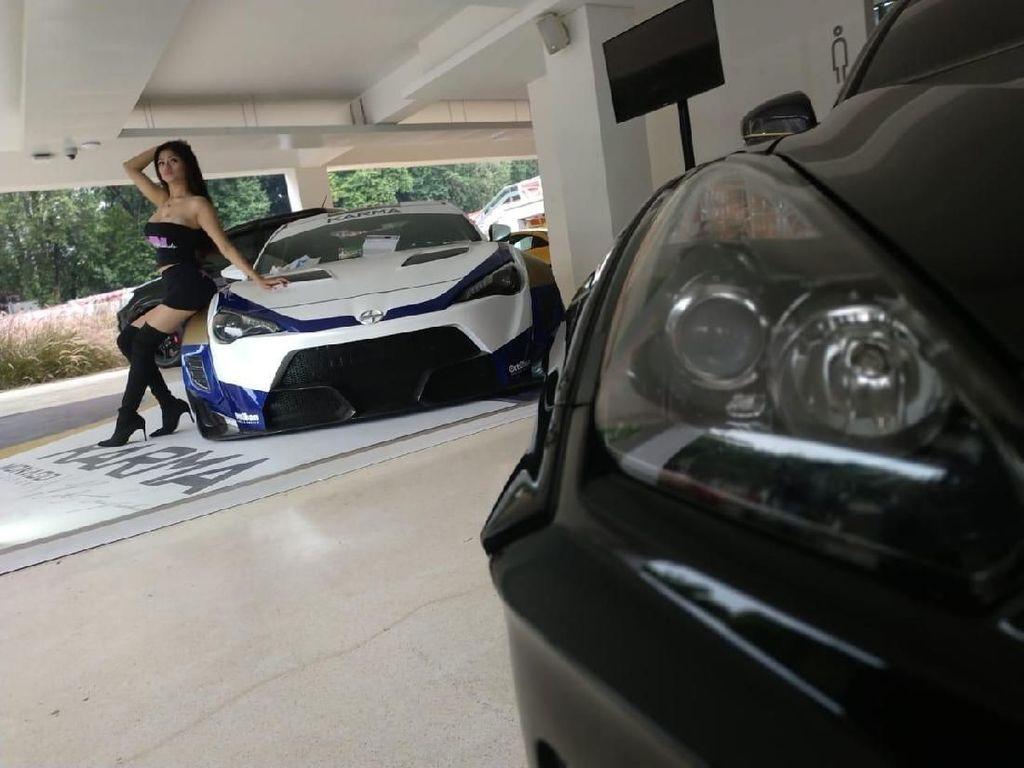 Si Seksi yang Bikin Gagal Fokus di Pameran Modifikasi Mobil