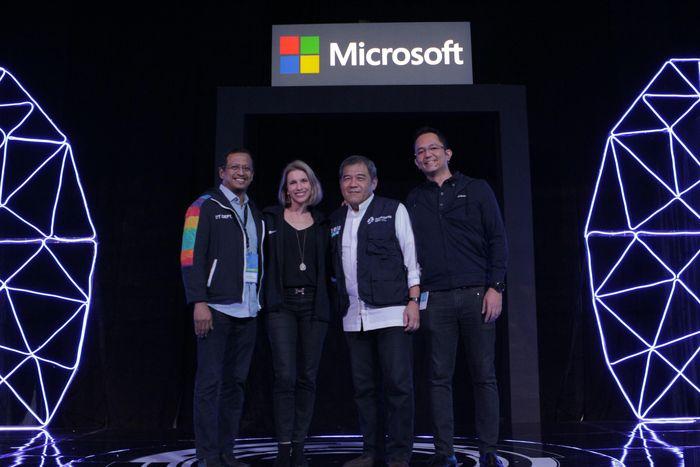 (ki-ka) Galib Machri (Direktur PT Kreatif Dinamika Integrasi), Andrea Della Mattea (President Director Microsoft Asia Pacific), Pandji Choesin (Direktur Departemen TI INASGOC), Haris Izmee (President Director Microsoft Indonesia). Foto: Microsoft