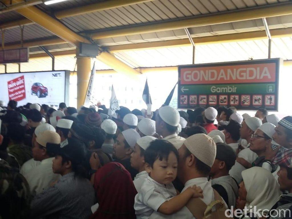 Stasiun Gondangdia Padat, Massa Reuni 212 Diimbau Turun di Juanda