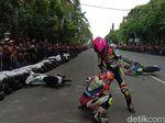 Video: 2 Pebalap Adu Jotos di Sirkuit Gara-gara Motor Senggolan