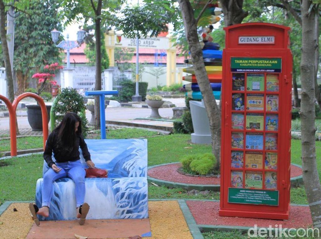 Menjajal Buku Digital di Taman Perpustakaan Kabupaten Bandung