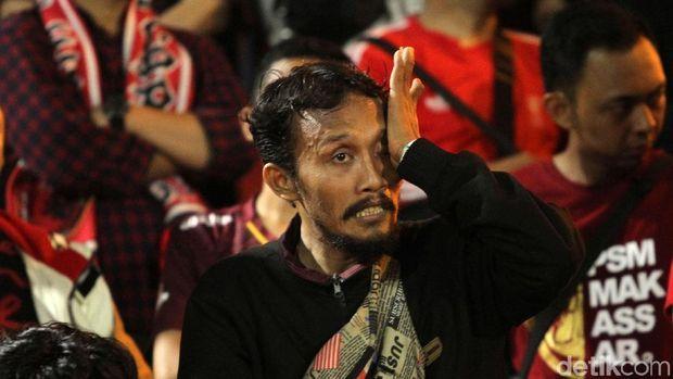 Kekecewaan suporter PSM Makassar setelah timnya gagal juara.