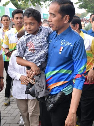 Jokowi saat menggendong Adul