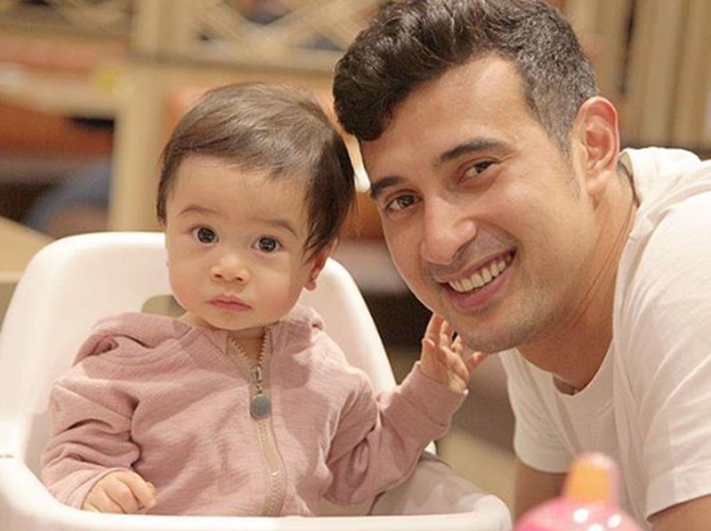 Potret Kedekatan Ali Syakieb dan Keponakan, Sweet Banget