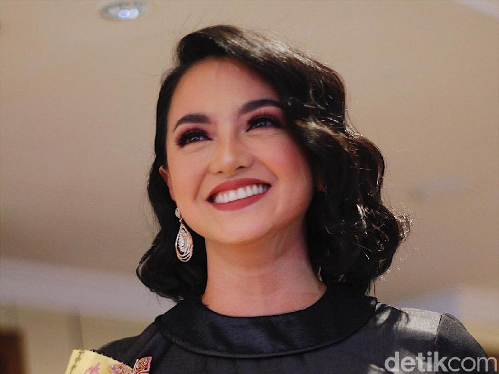 Foto: Cantiknya Ririn Ekawati Pakai Tenun Makassar Saat Fashion Show