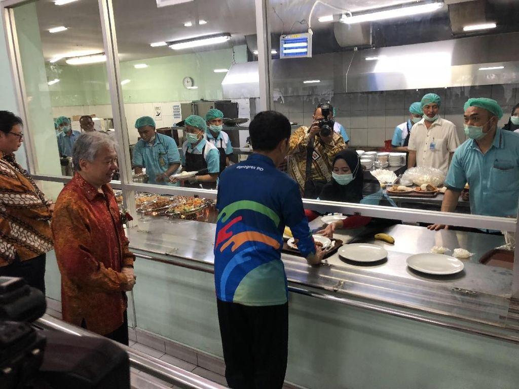 Saat Jokowi Makan Siang di Kantin Karyawan Yamaha