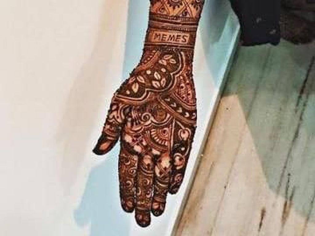 Alasan Romantis di Balik Pengantin yang Bikin Henna Memes di Pernikahan