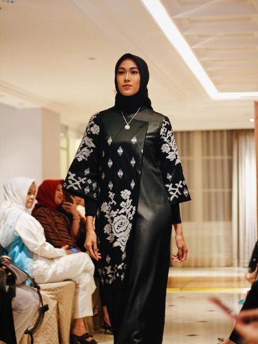 Desainer Kesayangan Krisdayanti Sulap Tenun Makassar Kaprikornus Ringan Dipakai