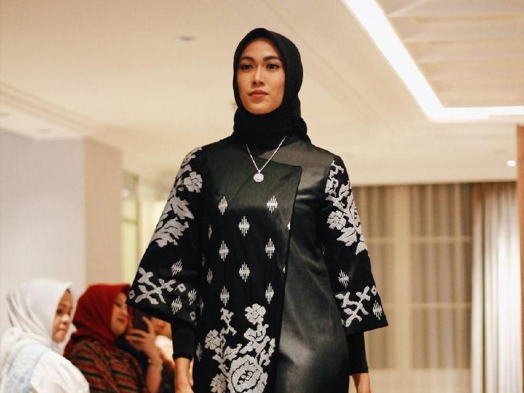 Desainer Kesayangan Krisdayanti Sulap Tenun Makassar Jadi Ringan Dipakai