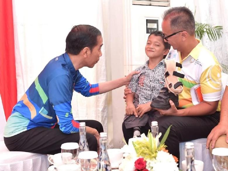Adul Bocah Difabel yang Merangkak 3 Km ke Sekolah Minta Ini ke Jokowi