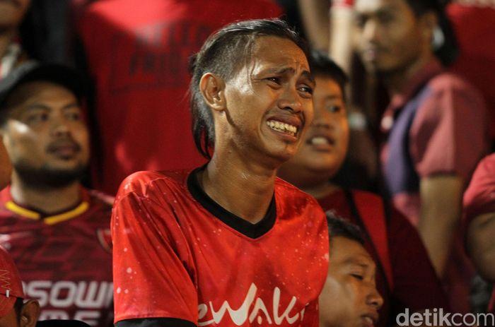 Kecewa. Seorang suporter PSM meratapi hasil imbang tanpa gol saat tim Ayam Jantan dari Timur bermain imbang 0-0 melawan The Guardian.