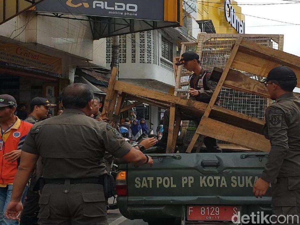 Satpol PP Sukabumi Razia PKL Bahu Jalan, yang di Trotoar Masih Aman