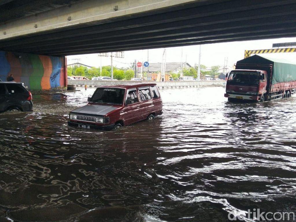 Pantura Demak-Semarang Terendam Banjir, Arus Lalin Macet Parah