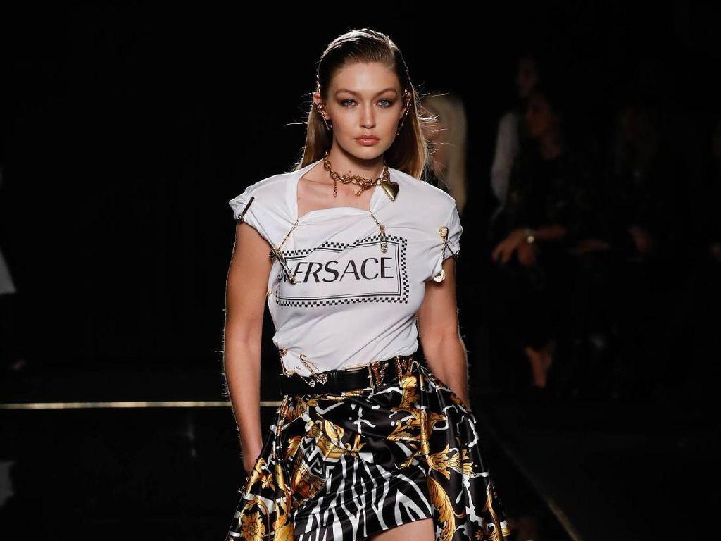 Foto: Deretan Model Seksi Dunia di Catwalk Versace, Siapa Favoritmu?