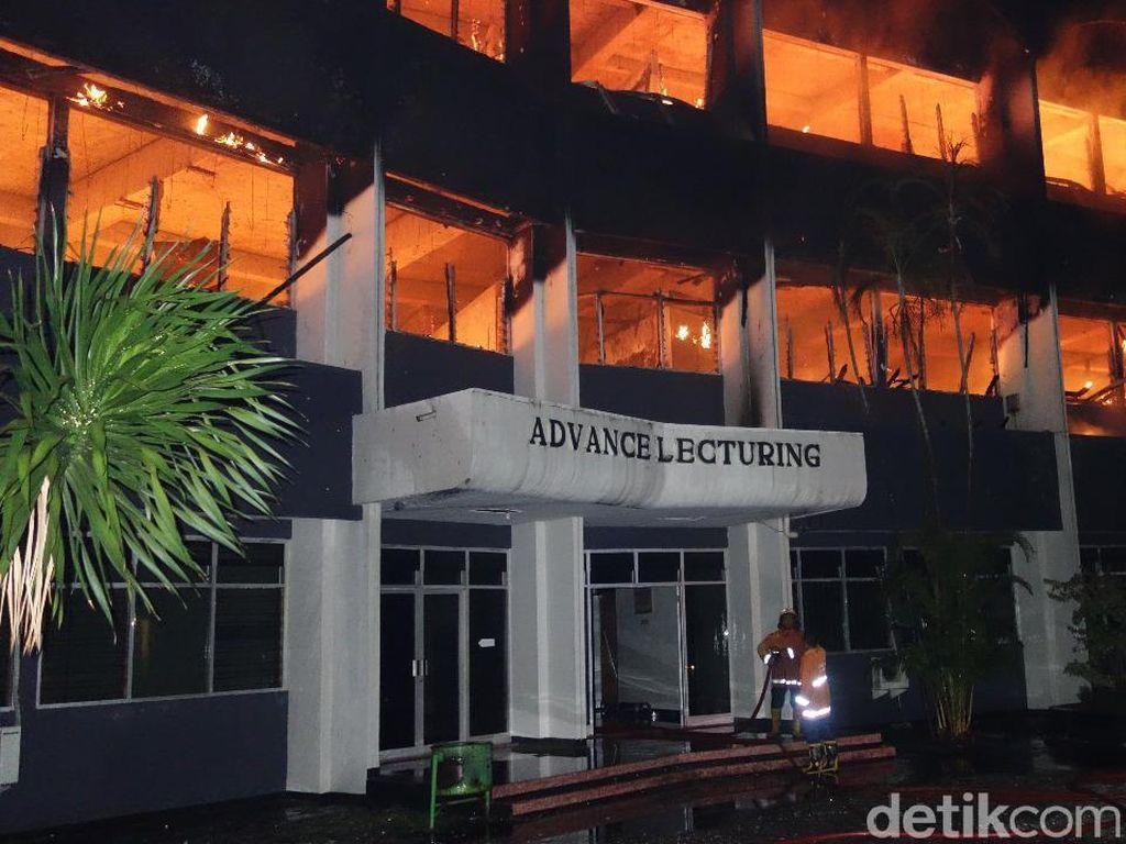 Butuh 2 Jam Padamkan Api yang Lahap Gedung di Undar Jombang