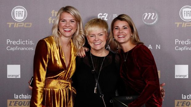 Ada Hegerberg bersama Andine Hegerberg dan ibu yang juga hadir dalam penghargaan tersebut.