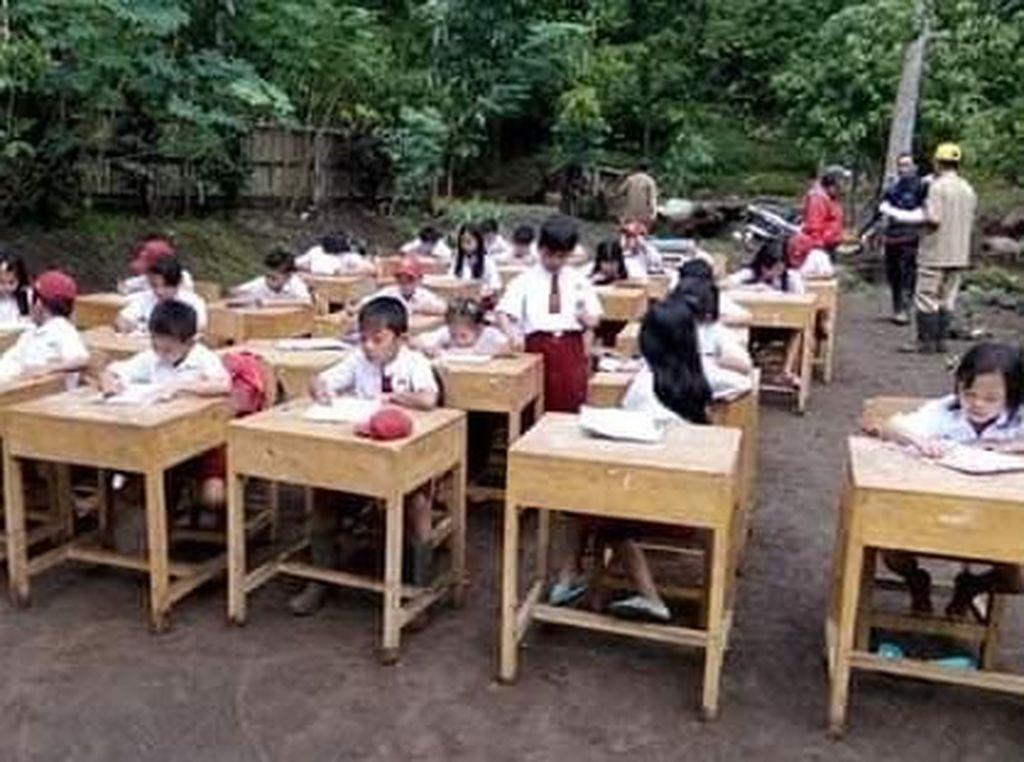 SDN Terendam Lumpur, Siswa Ujian di Halaman